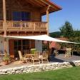 Sonnensegel an einer Terrasse in Bayern am Holzhaus