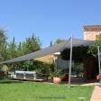 Mallorca - Seitenansicht elektrisches Sonnensegel mit grauem Segeltuch vor Finca