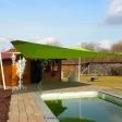 Sonnensegel elektrisch mit weißen Droppole-Masten über Pool/ Gartenterrasse