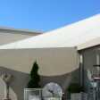 Sonnensegel feststehend Düsseldorf 3W I. in elfenbein vor einem Haus