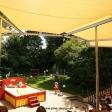 Sonnensegel feststehend Basel 4M I. gelbe Segel über einer Tribüne