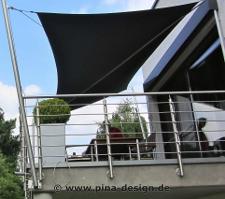 Mast für aufrollbares Sonnensegel am Balkongeländer befestigt
